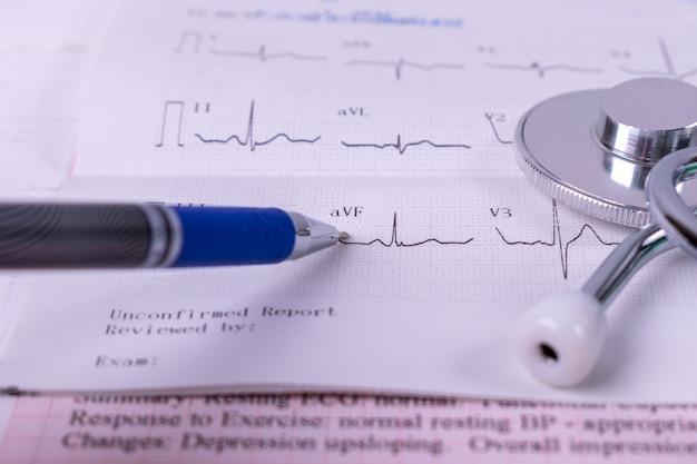 Zakończenie Up Doktorski Analizuje Opieka Zdrowotna Statystyk Mapy Raport Z Stetoskopem Na Sercowych Map Raporcie Premium Zdjęcia