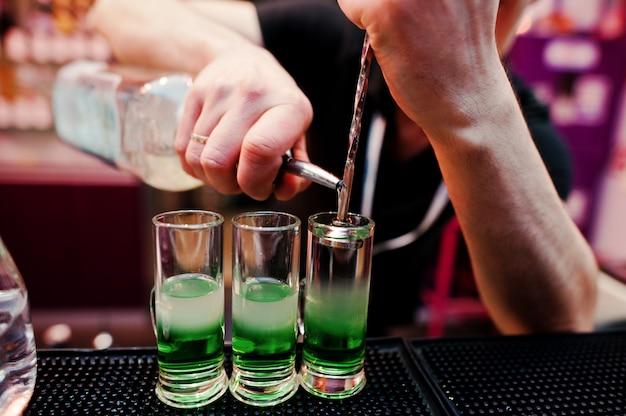 Zakończenie W Górę Barman Ręk Przygotowywa Zielonego Meksykańskiego Koktajlu Napój Przy Barem Premium Zdjęcia