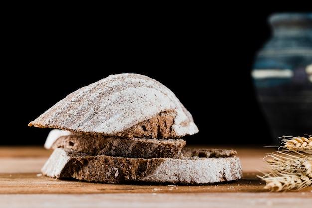 Zakończenie widok chlebowi plasterki na drewnianym stole Darmowe Zdjęcia