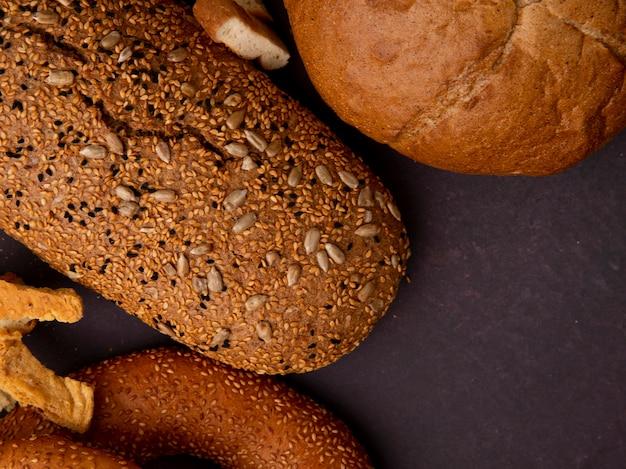 Zakończenie Widok Chleby Jako Bagel Cob I Baguette Na Wałkoniącego Się Tle Z Kopii Przestrzenią Darmowe Zdjęcia