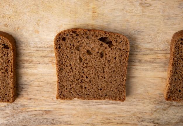 Zakończenie Widok Czarnego Chleba Plasterek Na Drewnianym Tle Z Kopii Przestrzenią Darmowe Zdjęcia
