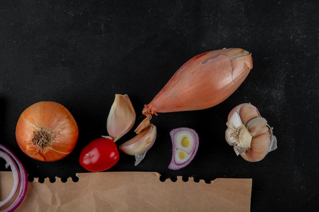 Zakończenie Widok Warzywa Jako Cebulkowy Pomidorowy Szalotka Czosnek Na Czarnym Tle Z Kopii Przestrzenią Darmowe Zdjęcia