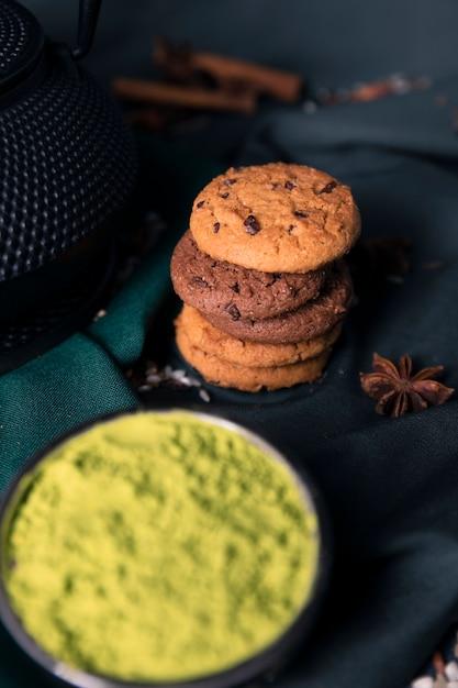 Zakończenie widoku proszka zielona herbata z ciastkami Darmowe Zdjęcia