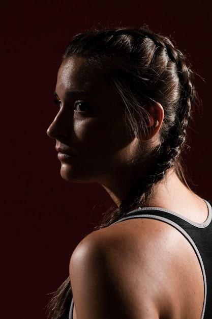 Zakończenie z ukosa portret kobieta z warkocz fryzurą Darmowe Zdjęcia