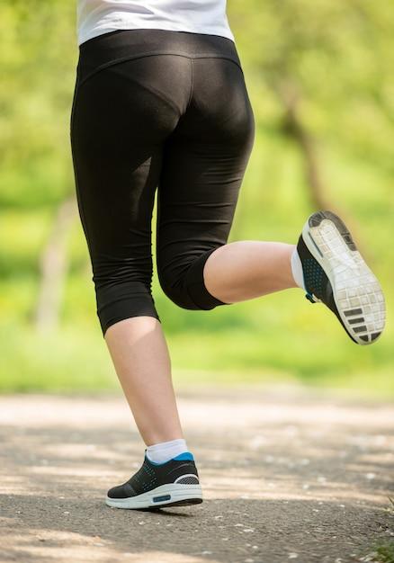Zakończenie żeńskie nogi w sneakers. Premium Zdjęcia