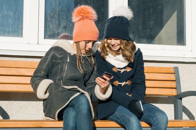 Zakończenie Zima Plenerowy Portret Dwa Nastoletniej Dziewczyny Premium Zdjęcia