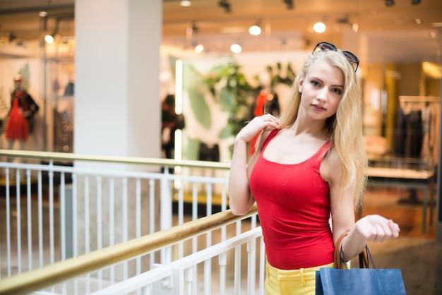 Zakupy blondynka młoda kobieta Premium Zdjęcia