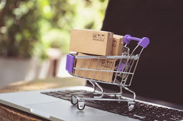 Zakupy online lub koncepcja usługi dostawy e-commerce Premium Zdjęcia