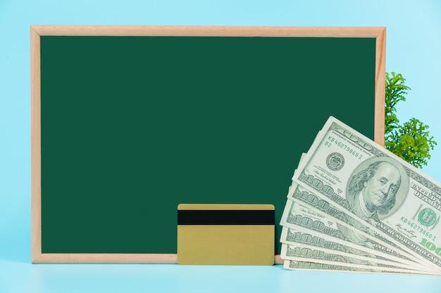 Zakupy Online, Podwójny Wózek Umieszczony Na Zielonej Tablicy Na Niebiesko. Darmowe Zdjęcia