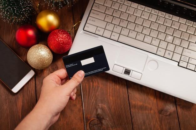 Zakupy Online Za Pomocą Karty Kredytowej Na święta Bożego Narodzenia Premium Zdjęcia