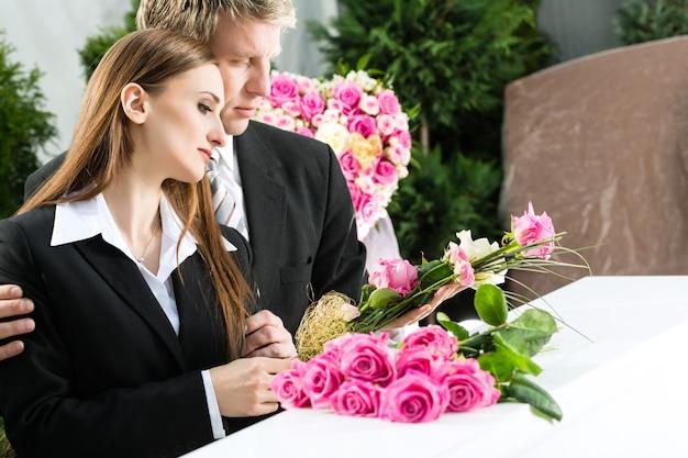 Żałoba Ludzi Na Pogrzebie Z Trumną Premium Zdjęcia