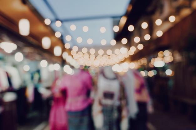 Zamazani Noc Rynku Festiwalu Ludzie Chodzi Na Drodze Premium Zdjęcia