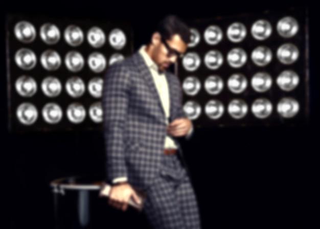 Zamazany Portret Seksowny Przystojny Mody Samiec Modela Mężczyzna Ubierający W Eleganckim Kostiumu Na Czarnym Studiu Zaświeca Tło Darmowe Zdjęcia