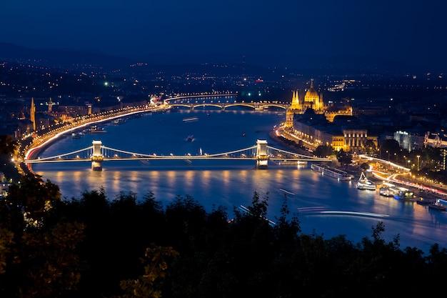 Zamek Buda Otoczony Budynkami I światłami W Nocy W Budapeszcie Darmowe Zdjęcia