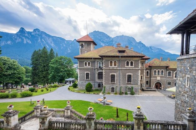 Zamek cantacuzino w mieście busteni Premium Zdjęcia