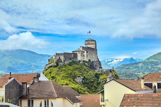 Zamek Fort Of Lourdes Zamek Na Skale, Punkt Orientacyjny Zaśnieżone Szczyty Górskie Premium Zdjęcia