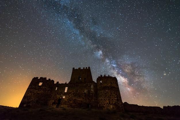 Zamek Guadalerzas, Hiszpania W Nocy I Droga Mleczna Premium Zdjęcia