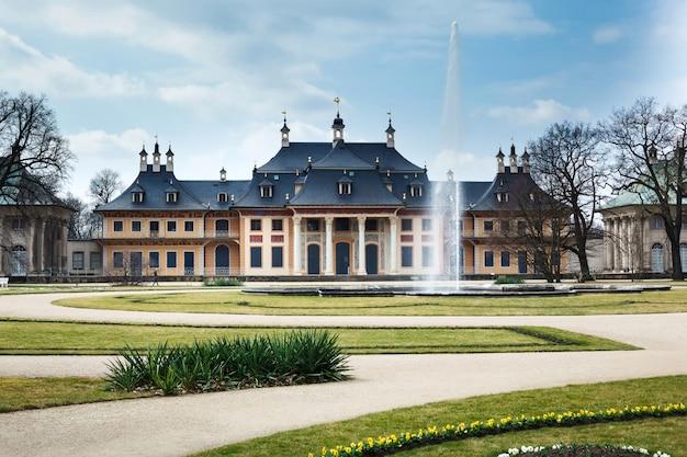 Zamek I Park Pillnitz W Niemczech. Drezno Wiosną. Premium Zdjęcia