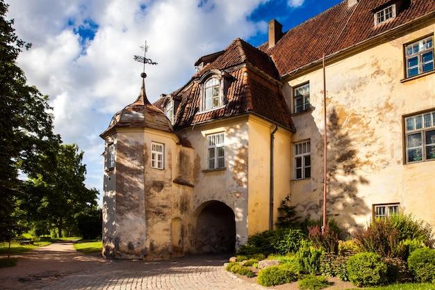 Zamek Jaunpils To Ufortyfikowany Zamek W Historycznym Regionie Zemgale Na łotwie Premium Zdjęcia