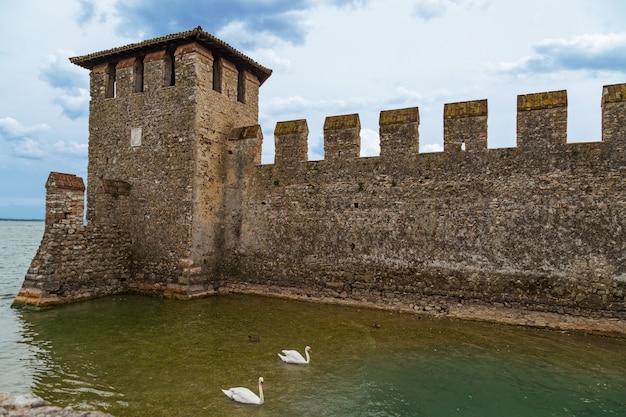 Zamek Scaliger Jest Historycznym Punktem Orientacyjnym Miasta Sirmione We Włoszech Nad Jeziorem Garda Premium Zdjęcia