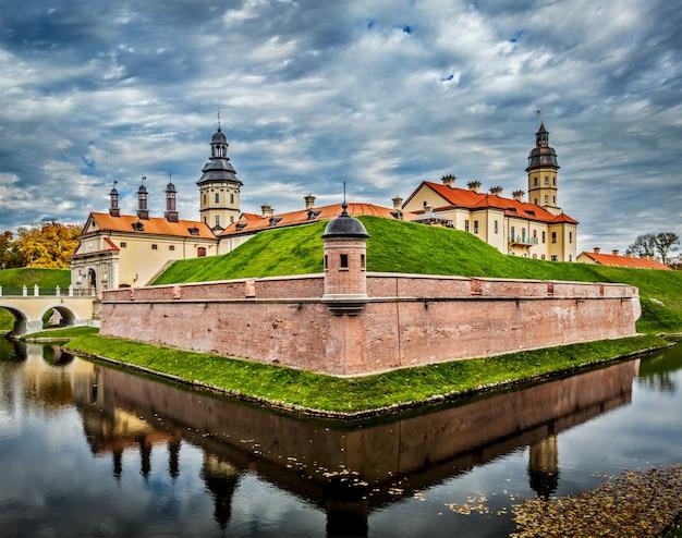 Zamek W Nieświeżu - średniowieczny Zamek Na Białorusi Premium Zdjęcia