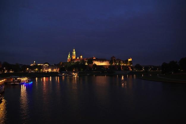 Zamek w nocy w mieście kraków polska Premium Zdjęcia