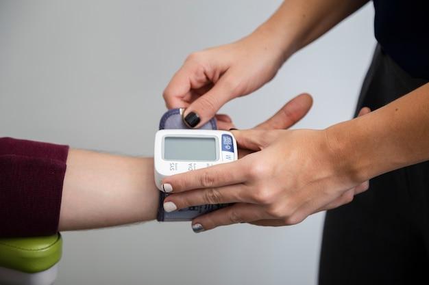 Zamknąć urządzenie do pomiaru ciśnienia krwi Darmowe Zdjęcia