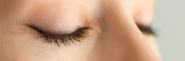 Zamknięte Oczy Piękna Czerwona Z Włosami Kobieta W Ranku światła Słonecznego Zakończeniu Premium Zdjęcia