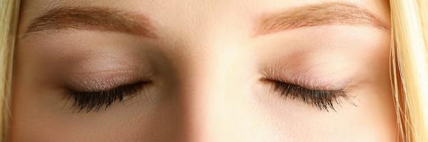 Zamknięte Oczy Pięknej Blondynki Kobiety W Ranku świetle Słonecznym Premium Zdjęcia