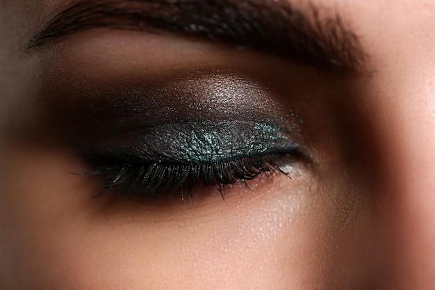 Zamknięte Oczy Pięknej Kobiety Na Sobie Makijaż Partii Premium Zdjęcia