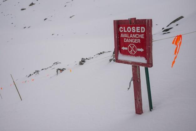 Zamknięty Lawina Niebezpieczeństwa Znak Na Skłonie, Kanada Premium Zdjęcia