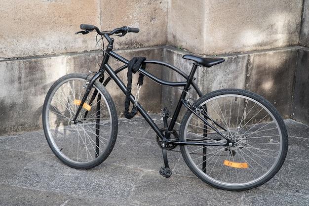 Zamknięty rower zaparkowany na ulicy Premium Zdjęcia