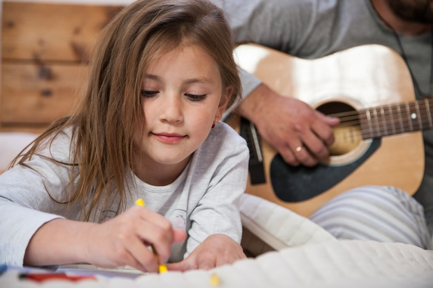 Zamknij się rysunek dziewczyny z tłem ojca Darmowe Zdjęcia