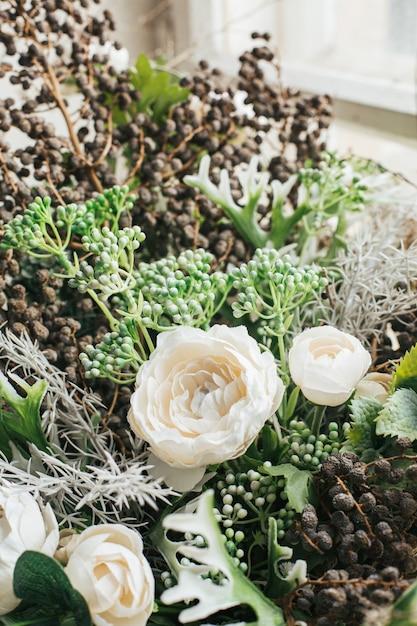 Zamknij Się Bukiet Sztucznych Kwiatów Zorganizować Do Dekoracji W Domu, Zielony I Biały Kwiat Widok Z Boku Premium Zdjęcia