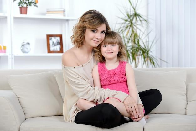 Zamknij Się Czuły Matki I Córki W Domu. Premium Zdjęcia