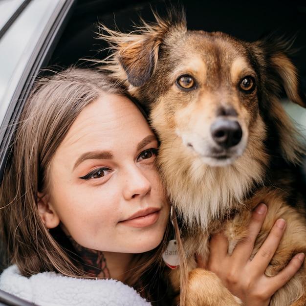 Zamknij Się Kobieta I Pies Patrząc Przez Okno Samochodu Darmowe Zdjęcia