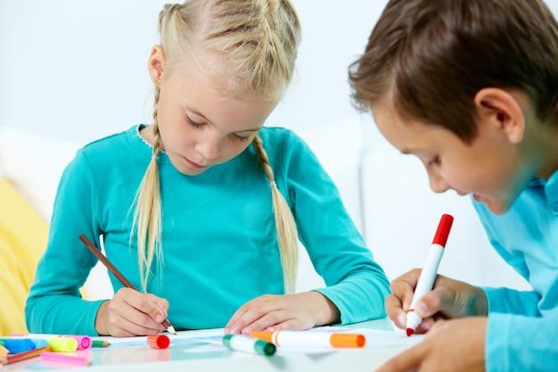 Zamknij Się Mały Chłopiec Z Czerwonym Ołówkiem Darmowe Zdjęcia