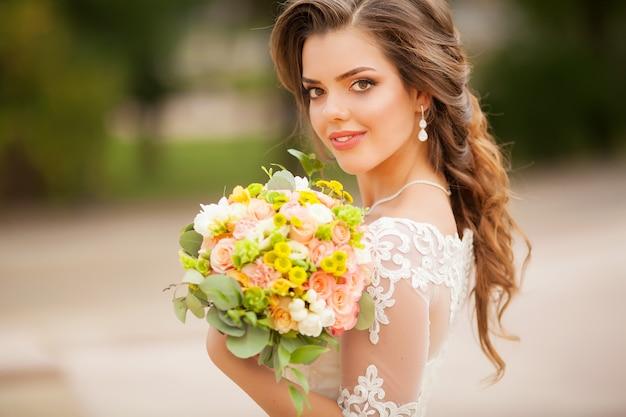 Zamknij Się Młoda Kobieta Z Bukietem Kwiatów Premium Zdjęcia