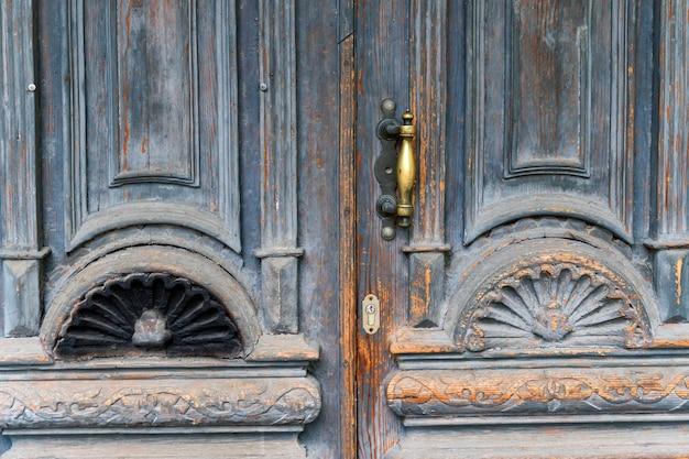 Zamknij Się Niebieski Turkusowy Stary Teksturowane Antyczne Drzwi Z Klamką Z Brązu Złota I Dziurka Od Klucza. Premium Zdjęcia