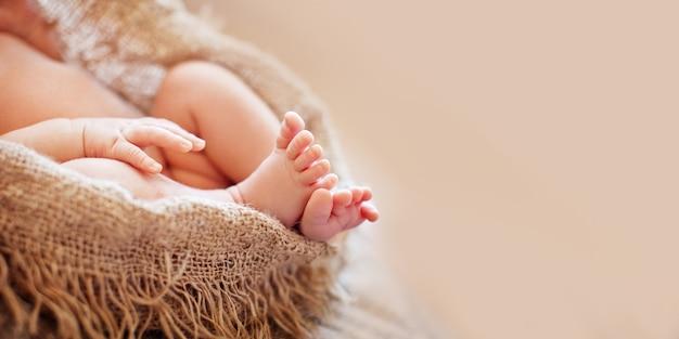 Zamknij Się Obraz Noworodków Stóp Premium Zdjęcia
