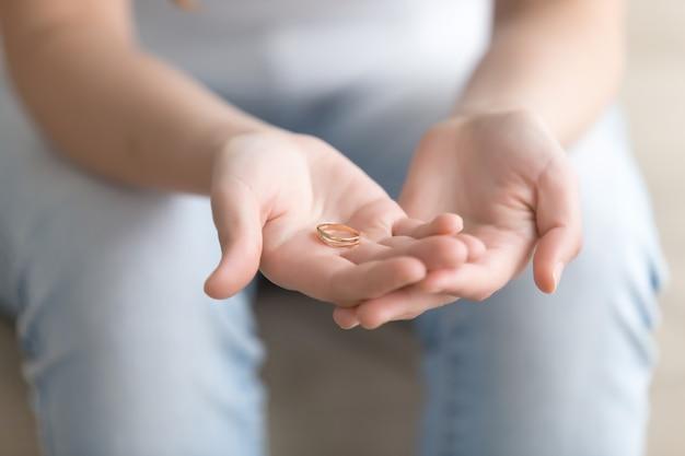 Zamknij się obraz złoty pierścień w ręce womans Darmowe Zdjęcia