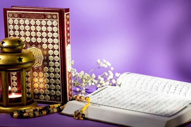 Zamknij się otwarty koran z fioletowym tłem Darmowe Zdjęcia