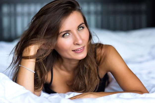 Zamknij Się Rano Portret Uśmiechnięta ładna Kobieta O Zielonych Oczach, Zmysłowy świeży Szczęśliwy Twarz, Pozytywne Emocje Darmowe Zdjęcia