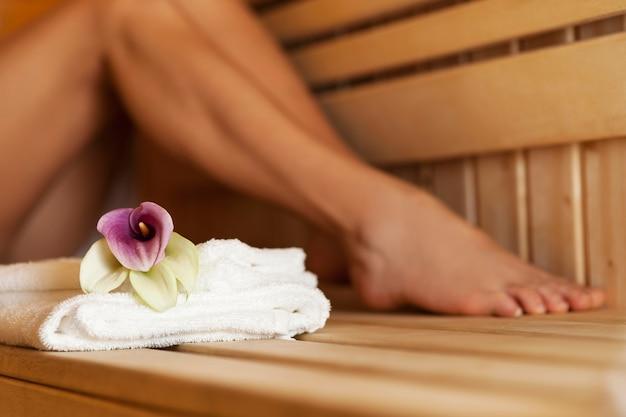 Zamknij Się świeże Ręczniki I Kwiaty W Saunie Darmowe Zdjęcia