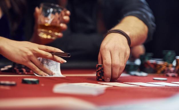 Zamknij Się Widok Eleganckich Rąk Młodych Ludzi, że Gra W Pokera W Kasynie Premium Zdjęcia