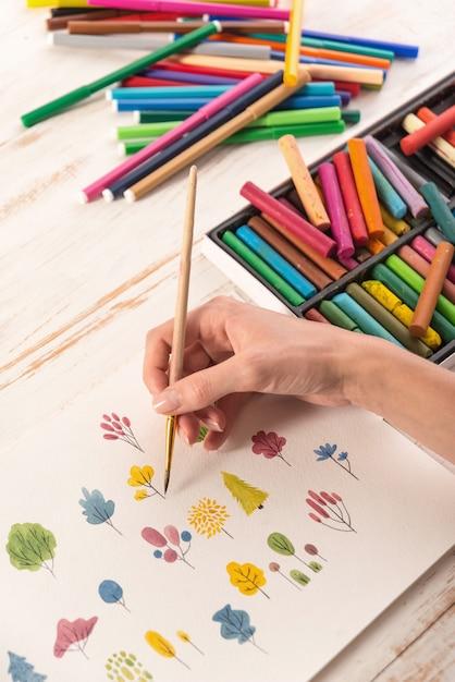 Zamknij Się Z Różnych Kolorowych Kwiatów Charakter Projektu Malowane Pędzlem I Akwarele Na Papierze Darmowe Zdjęcia