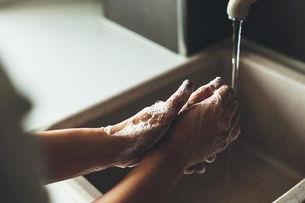 Zamknij Się Zdjęcie Procedury Mycia Rąk Mydłem Podczas Pandemii Premium Zdjęcia