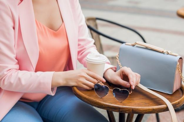 Zamknij Szczegóły Akcesoriów Stylowej Kobiety Siedzącej Samotnie W Kawiarni, Okulary Przeciwsłoneczne, Torebka, Kolory Różowy I Niebieski, Trend W Modzie Wiosna Lato, Elegancki Styl Darmowe Zdjęcia