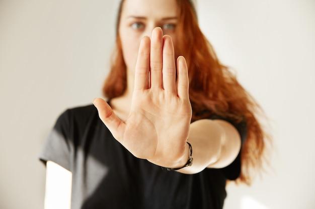 Zamknij Widok Młodej Kobiety Robi Gest Stopu Ręką Darmowe Zdjęcia