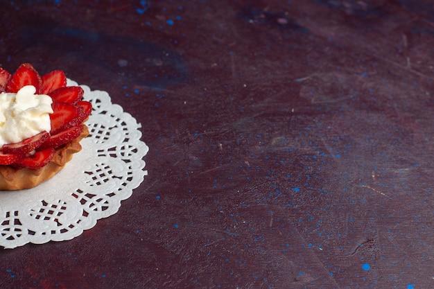 Zamknij Widok Z Przodu Małego Kremowego Ciasta Z Pokrojonymi Owocami Na Ciemnej Powierzchni Darmowe Zdjęcia